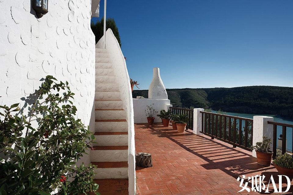 从这座坐落在地中海边小山上的村庄看出去的景色。