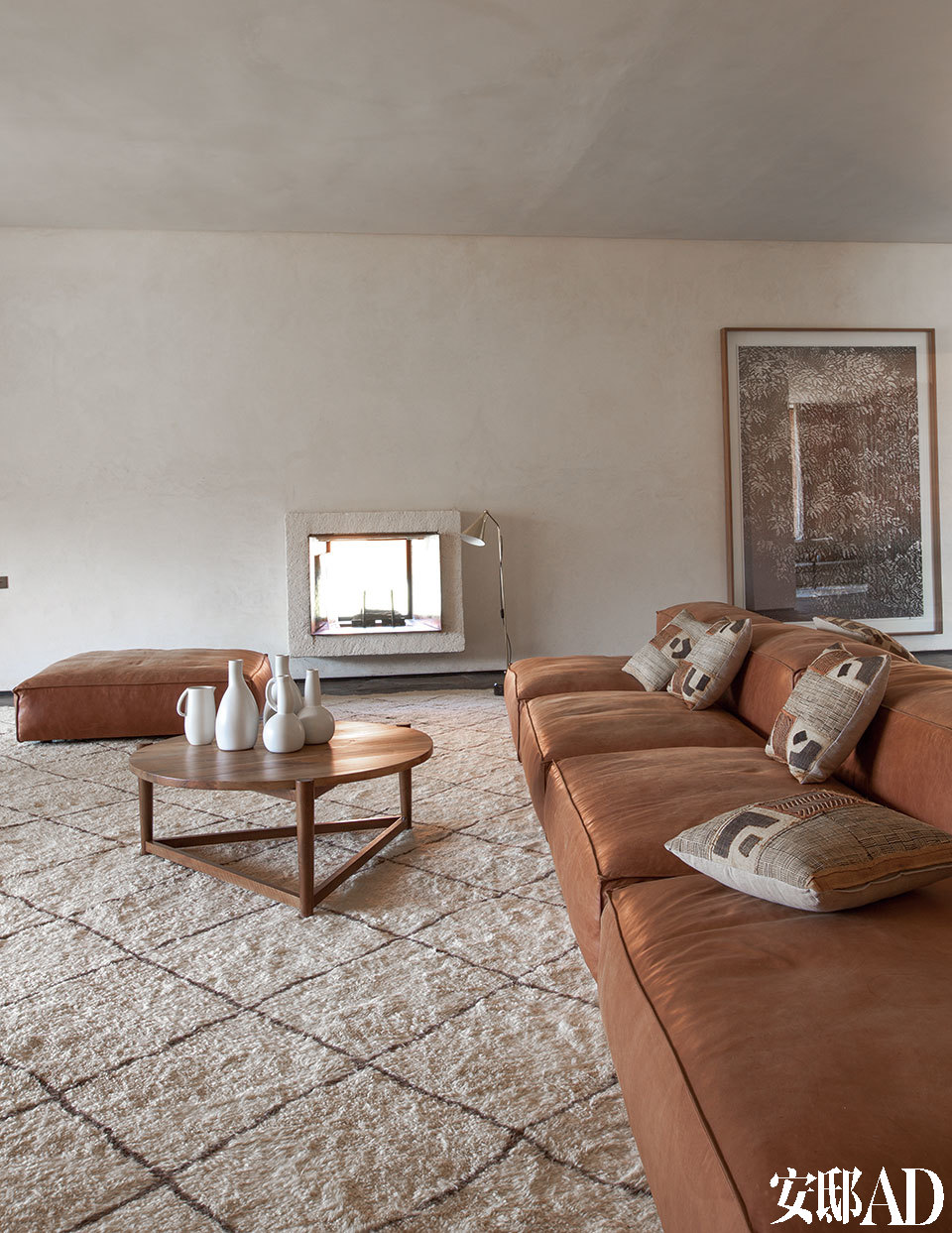 另一间客厅中,圆形的胡桃木茶几依然出自Ko,它沿袭了摩洛哥游牧生活的传统,十分便携,茶几上的陶器由设计师Nelson Sepulveda创作。超软的皮沙发来自意大利品牌Living Divani,非洲针织的靠垫购自塞内加尔,传统风格的地毯来自柏柏尔的Beni Ouarain部落。
