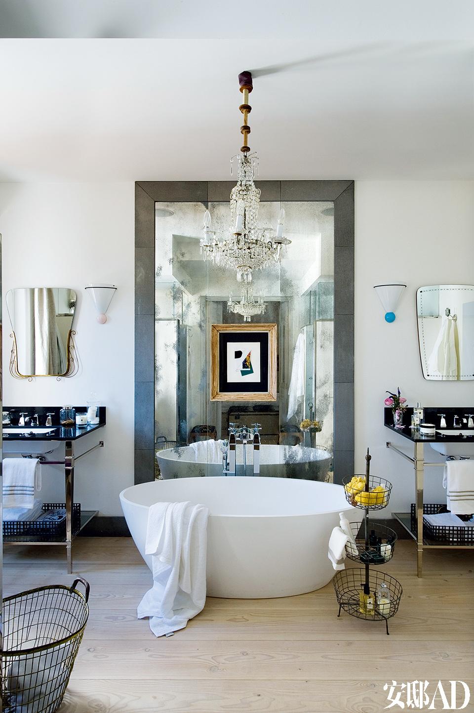 浴室的光线美极了,位于正中的白色大浴缸说尽了女人对自己的宠爱!浴室的正中放着一个来自Hidrobox的大浴缸。在Candelabro购买的Gerardo Rueda的拼贴画和在Youtopia购买的上世纪50年代的镜子就在浴缸身后。女主人自己设计的盥洗台和来自Olofane的蛋白色玻璃壁灯则分布在浴缸两边。天花板上挂的是来自Agurcho Iruretagoyena的吊灯。