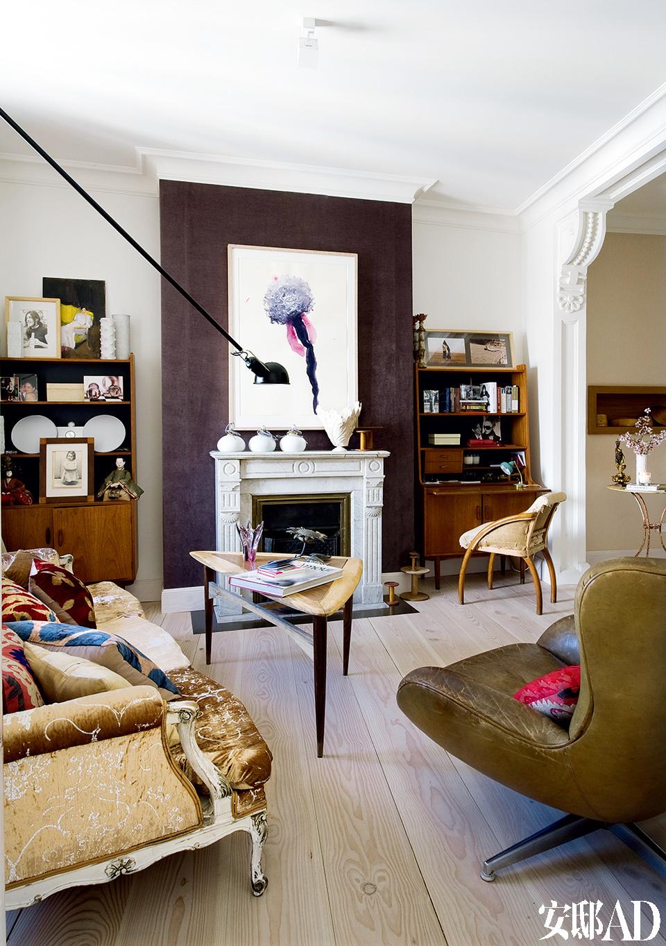 壁炉两侧是在Tiempos Modernos购买的上世纪50年代的丹麦书架;Alessandro Twombly的水彩画则在壁炉上方成为这个区域的视觉重点。两种木料制作的茶几和在Christopher Jones Antiques购买的皮转椅也为这个区域增加了一些设计感。19世纪的古董沙发购买于Blue Bird,265壁灯则来自Flos。