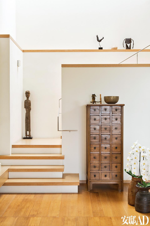 纯白、原木、原石,衬托着纯然欣赏的艺术品变为家人。从老挝带回来的雕塑,不是什么奢华的艺术摆设,却充满味道。
