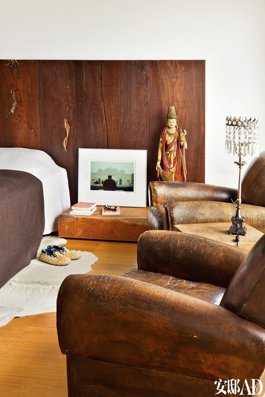 """古董沙发上的老旧纹理,默默述说着主人对于""""时间""""的尊重。主卧室以老木与带斑驳历史感的沙发,搭配极简床组,书则洒散落在床边,十足的随兴风格。"""