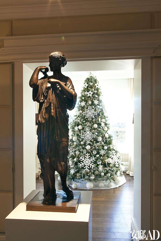"""公寓入口处的铜像是Ferdinand Barbedienne的作品维斯塔贞女,这是主人为这个家找到的第一件""""宝贝""""。"""