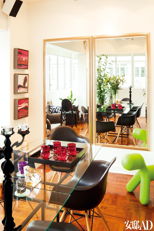 归功于两面大镜子,稍显紧凑的餐厅被赋予了更宽敞的空间感。宽大的玻璃餐桌可以容纳8人共同用餐,这对于喜欢宴请宾客的Gerry来说是个福音。