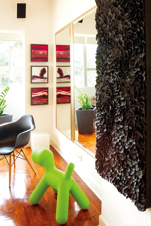 Gerry保留了公寓原有的镶木地板,它们为房间保留了历史感。