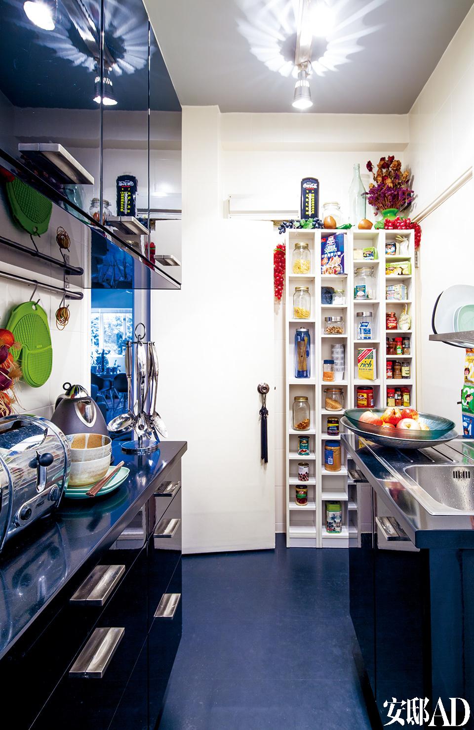 小厨房重装时选用了宜家家居的组件,瓶瓶罐罐一目了然。