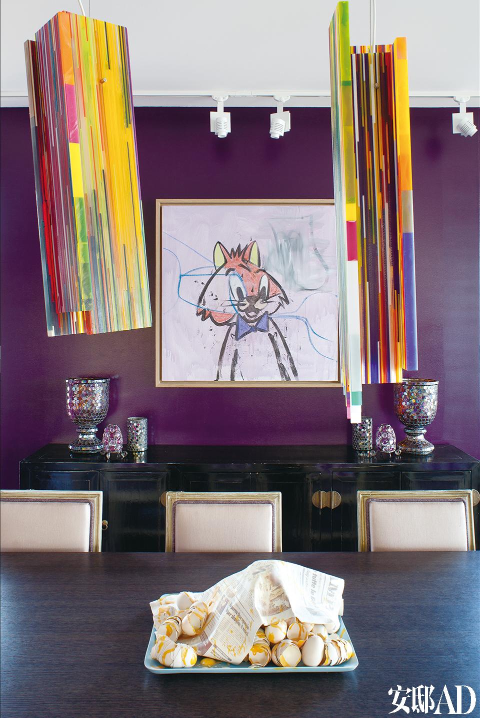 餐厅里悬挂着To b i a sRehberger的多彩丙烯酸树脂吊灯,墙上是艺术家Georges Condo的作品,底下有源自中国的旧式餐橱,餐橱上面是从跳蚤市场淘回的瓮和花瓶等物件。