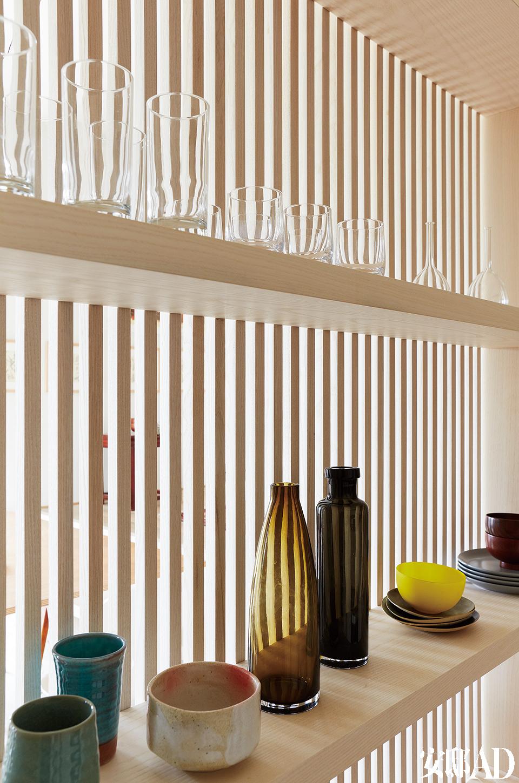 遮挡厨房的木格栅背面,设有横架来收纳日常杯碟,它们分别来自宜家家居、Sucre Glace、Louiselio及CFOC。