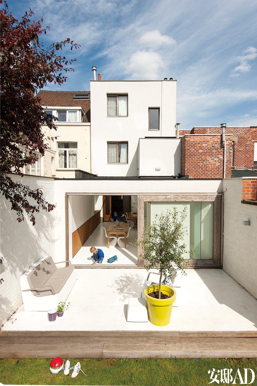 """白色的树脂地板一直延伸至天井,与室外空间完美融合。门开着时,室内外的感觉很一致。"""" 我们现在经常在户外待很久,花园感觉就像室内的一部分,我们经常在院子里吃早餐或者烤肉度周末。"""""""