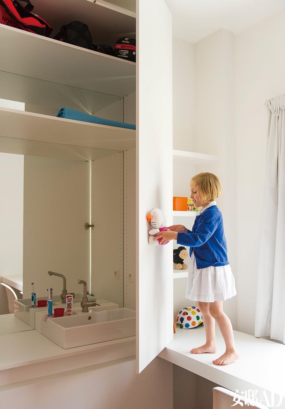 壁龛里是Julia最爱的玩具。水池和镜子都藏在柜子后。