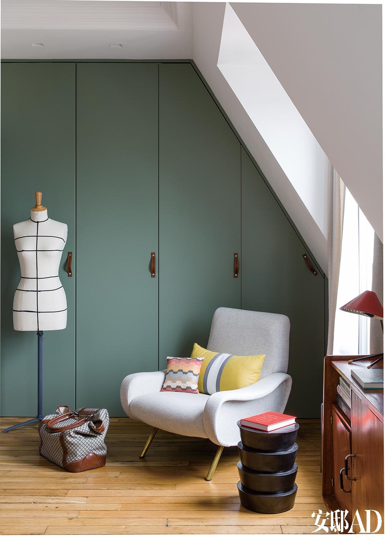 Lady Chair扶手椅是Marco Zanuso的经典设计,上面的黄色靠垫来自Iosis,橘色靠垫是Missoni Home品牌。前面的铜质小茶几来自于FrançoisBernard,由MDF制作的喷漆衣橱门,巧妙地将电路板和热水器都隐藏起来。