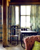卧房,明式桌椅靠窗,经常有冰逸伏案写小楷的身影。