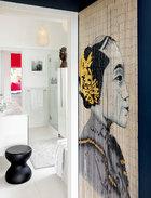 这古典女性侧影,在家中古灵精怪,风趣幽默,其实只是一幅挂帘而已。浴室门口的挂帘组成了一幅别致的古典女性侧影,与浴室里的雕像恰好相互呼应。