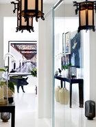 门厅中安装了宫灯形制的中式吊灯,一进家门就能看到德国艺术家Candida Höfer的摄影作品,古典欧式建筑中的几何长廊在视觉上延展了空间。