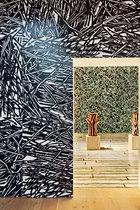 一场Richard Woods的展览上,这位英国设计师所创造的图案被多维度地应用在了地面、墙面和家具上。