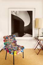 艺术名副其实地融入生活,令栖居更艺术,让展览更随性。杉本博司的摄影作品前摆着一张Campana兄弟的寿司椅III。