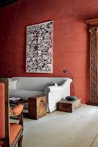 主人并没有对房屋本身多加改动,只是用赤陶刷了墙面,为岁月留下的痕迹平添一份精彩,并配以少量艺术品点缀。