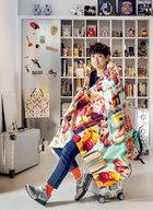 "Pili在拍摄前一天刚参加完2015年的米兰家具展回来,所以还坐在陪他""征战南北""的Rimowa旅行箱上。而摄影师给他选的""战衣""竟是他最钟爱的桌布。他说这桌布上的图案看似都是甜蜜的食物,实则仔细看来还有许多鲜艳的昆虫,是他喜欢的讽刺又幽默的风格。"