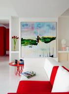 主人最爱的那一抹红,裹挟着热烈情愫,串联起家中的每一个房间。沙发区主打的红白两色,也是这个家的主题色调,选自MDF品牌。红色的Arflex茶几来自丰意德,墙上挂着仇晓飞的画作《两岸》,来自佩斯画廊。