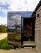 房子的设计灵感来自周围的农舍和马厩,与此同时又采用了极具现代感的设计,例如门廊部分覆盖不反光灰色碳化玻璃覆盖,镜面效果很好地映衬了环境的美。