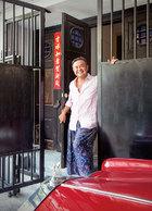 主人: 叶裕清,1962年出生,为青聿页室内装修设计公司总监,早期在台北从事家居采购,2005年成立曼谷的Eugenia Hotel及Cabochon Hotel,近期设计台北西门町的AMBA酒店、MAJI MAJI集食行乐(详情请看《集食行乐》p172)等多家商业空间。爱吃的叶裕清也与好友开设天命庵餐馆、Butcher's Kitchen牛排馆以及POPEYE波派地中海料理,并自己研发菜单。图中的红色古董老爷车的出厂时间与他女儿的出生年份相同。