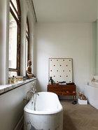 主浴室中,一只古董意大利餐具柜被用作了储物柜。