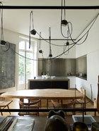 厨房中的组合吊灯Lianes由Bouroullec Brothers设计,整体橱柜来自Boffi。
