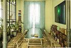 书房里,书桌和长凳根据需要在其表面用薄板进行了一番改造,设计师从法国一家修道院里把它们带回这里。铁质矮书架由Jaime Lacasa自行设计。书架上方挂着Rogério Canella的摄影作品,购自圣保罗的Vermelho画廊。整个家的地板全部被翻新,重新铺上来自José Galindo的法国松木地板,屋内原有的柱子被保留了。大量的绿色植物,与主人喜欢的木头材质相呼应,营造出富有生机的绿意盈盈。