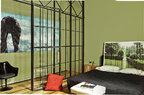 主卧里,Maggie Cardelús拍摄的作品被当作床头使用,购自Fúcares画廊。床边靠墙处,设计出一个类似床头柜的木桩,上面摆放着可移动复古床头灯,来自 Scooter Design。红色靠垫来自柬埔寨,床单来自Sybilla。主卧和走廊被一面玻璃墙隔开,走廊墙上挂着一幅基于Mario Cravo Neto的摄影作品而次创作的艺术作品。郁金香座椅则是Saarinen为Knoll设计的产品。绿色墙面呼应着床头摄影作品中雨中的绿色园林,仿佛可以 头枕无边的大自然入梦。