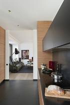 厨房中的黑色炻瓷地砖、津巴布韦钢质防溅挡板和顶柜的柜门都采用了亚光黑。