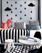 不同于许多小孩房的色彩缤纷,Mel和Nor为3岁的Mishka打造的房间,带点小大人风格,墙上的装饰当然也是Mel亲手制作。