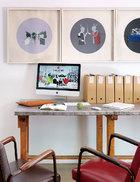 文嘉和Yann喜欢在这张朋友赠送的写字台上办公。这张旧写字台就是流动、变迁和再利用的最有趣证明。墙上一组作品出自艺术家唐茂宏。