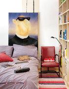 主人卧室里有一幅周铁海的作品,这里更多的时间留给了阅读和休憩,因此是没有电视机的。大大的书架旁,复古的红色皮沙发和一盏阅读灯,在深夜里给灵魂留下体会和遐想的空间。