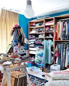 """这个假期女儿Oceane刚从伦敦回到北京。艺术家式的水彩画、悬挂的湖蓝色连衣裙、地毯上铺开的项链、挂满青少年包包和帽子的衣架,都在凌乱中释放出一种秩序的信号。最有趣也最艺术的是女儿Oceane的房间,""""好玩,是她的概念,也是我们的。"""""""