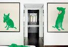 周春芽的《绿狗》挂在主卧内通往浴室走廊两边的墙上,2001年收得。