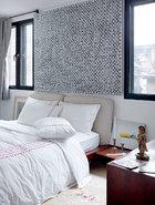 Andrew偏爱丁乙早期的黑白作品,客房内的这幅收藏于2003年。床头的这幅小画来自张恩利。