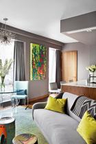 Jan Kath手工制作的地毯与餐桌旁墙上的一幅画作遥相呼应。