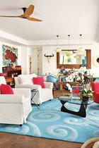 客厅和餐厅共处一室,近处的蓝色旋涡纹地毯为香港本地定制品,两只白色单人沙发来自新海怡广场的Rimba Rhyme店。Noguchi茶几上的立方体玻璃艺术品由来自布鲁克林的当代艺术家Dustin Yellin创作,较近处的墙上挂着澳大利亚艺术家Miertje Skidmore的作品,中央色块有点类似于澳大利亚的版图。