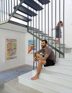 Brody和Harper在楼梯上玩耍。钢结构楼梯是Brody亲自设计,并由Salken Engineering (salken.com.au)的Marc Abena制造完成的,其灵感来源于一座20世纪60年代的房屋。