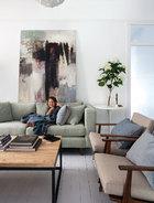老房子原来的起居室采用了更加温和自然的色彩, 与之后翻新的部分和谐过渡。另一间起居室是属于老房子的一部分,3岁的Harper坐在来自Coco Republic的绿色Seafoam休闲沙发上。咖啡桌来自MCM家居,墙上的画作是丹麦艺术家Morton Lassen 2006年的作品。吊灯来自意大利Calligaris照明,沙发面料来自Missoni,座椅是从Mitchell Rd拍卖行买来的复古Parker椅,并配上了Burnt St Fabrics的天然亚麻布椅套。