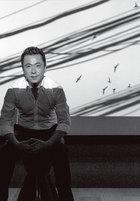 """主人: 王中磊,1970年出生于北京, 毕业于北京青年政治学院,现任华谊兄弟传媒股份有限公司总裁。1994 年,他与哥哥王中军一起创立华谊兄弟广告公 司,1998年投资拍摄了第一部电影《鬼子来了》,反响不俗。之后又与冯小刚合作,拍摄了大量贺岁电影。多年来,他投资创作了很多口碑颇佳、票房火爆的电 影作品,如《天下无贼》、《非诚勿扰》、《集结号》、《狄仁杰之通天帝国》等。2011年他作为制片人制作的冯小刚电影《一九四二》,更被誉为""""良心之 作""""。他与太太王晓蓉于今年在结婚20周年纪念日上补办婚礼,圈中好友林依轮、赵宝刚、那英等均到场庆贺。而他们共同育有的两个孩子也非常可爱,小儿子在 综艺节目《爸爸回来了》里的表现更是赢得了众多粉丝的支持。"""