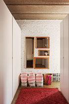 卧室区域的更衣室,地上的三只编织袋由塑料包装袋制成,旁边的小背篓来自一次云南之行。