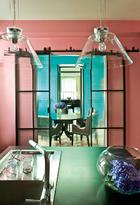 淡粉红色的厨房是Marc的地盘,他在这里一待就是几个钟头,为家人和好友烹制各色美食。厨房中被涂成淡粉红色,玻璃吊灯来自Targetti。