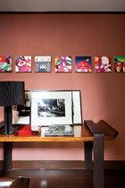 二楼是孩子们的卧室,于是走廊处,收藏展示着许多小件的艺术品和照片,供孩子们翻阅分享。