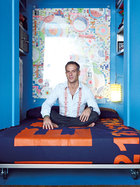 床和沙发的风格一致,左右两边的空间还可以用作储物。主人: 朱塞佩·利加诺(Giuseppe Lignano),来自意大利那不勒斯,是纽约LOT-EK室内设计公司(www.lot-ek.com)老板。该公司的出版物在上世纪90年代曾掀起了一股极简主义的风潮。他倡导回收利用工业元素与使用现代技术来参与设计,经典项目包括为摄影师Steve Miller设计的纽约公寓——他竟然在其中放了一个40英寸大的集装箱。金属是Giuseppe最爱的建材,他常从新泽西附近的卡车场和曼哈顿的废旧工地里回收它们。他和搭档Ada知道如何用最少的钱达成最好的设计效果,这一大优点在建筑师和客户中都相当有名,也为他赢得了不少生意。包括纽约现代艺术博物馆在内的很多知名博物馆都找他们做过展品设计。