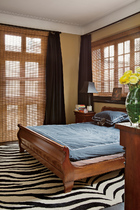 """卧室的床也是古董,搭配斑马纹的黑白色地毯,是主人喜欢的""""Eclectic""""风格。""""对家具的眷恋,也是我们对快速消费的一种思考。"""""""