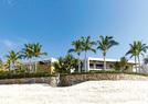 """位于墨西哥下加利福尼亚州南部海滩的""""双生屋""""。""""双生屋""""的外形与设计相当统一又各具性格。 乔治·克鲁尼家颜色更暗,帅气十足; 而辛迪·克劳馥家则明快柔和,充满家的温暖。"""