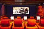 作为一位著名演员,克鲁尼的家庭影院配有14英尺的特丽显示屏,足像一座小型的电影院。而这里的座位都选择了Cinema Tech的扶手椅。