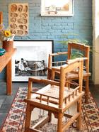 萨洋工作室一角,这是他在家里待得最多的地方,墙上故意露出了一块原始墙壁,旁边有扇小窗户,墙角的文竹长势良好。