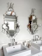 主浴室里,洗手池和梳妆镜都有双份。